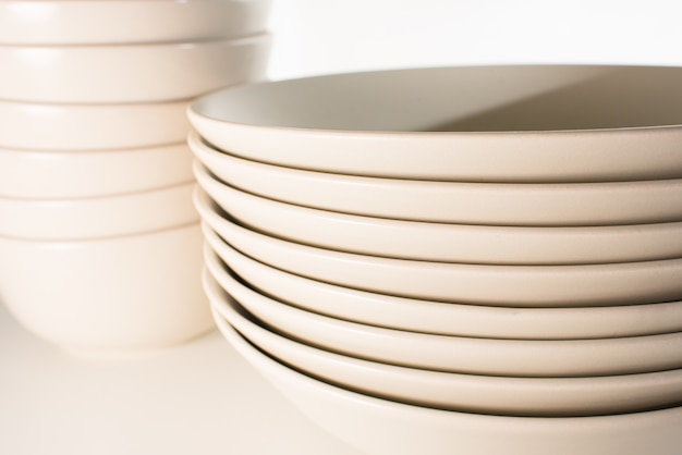 Gruppo di piatti e ciotole marroni vuoti e puliti.
