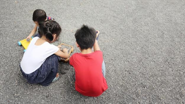 Gruppo di piccoli bambini asiatici che giocano insieme.