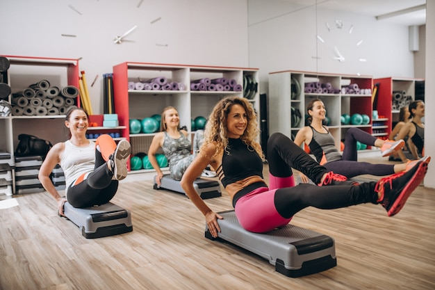Gruppo di pilates allenandovi in palestra