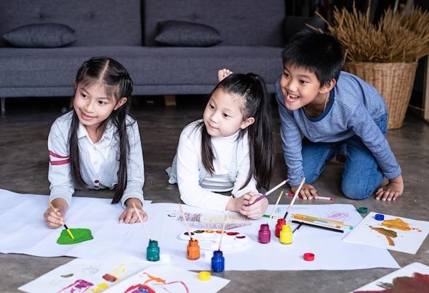 Gruppo di pittura ad acqua colorata per bambini su carta, con sensibilità interessata