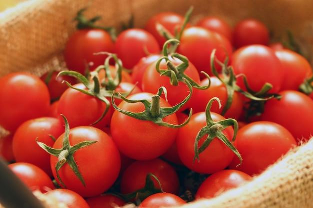 Gruppo di pomodori freschi