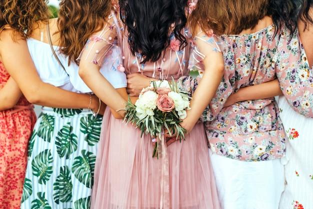 Gruppo di ragazze al partito di gallina, vista posteriore.