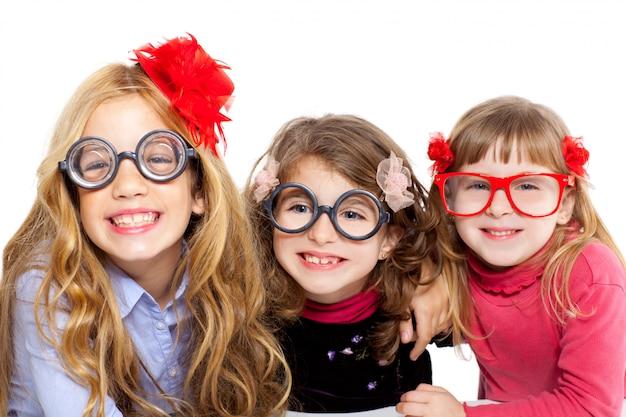 Gruppo di ragazze bambini nerd con occhiali divertenti
