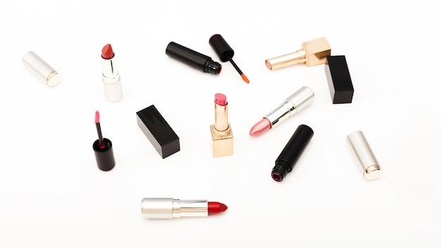 Gruppo di rossetti metallici su sfondo bianco