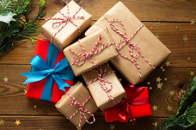 Gruppo di scatole regalo di natale e capodanno avvolti in carta artigianale.