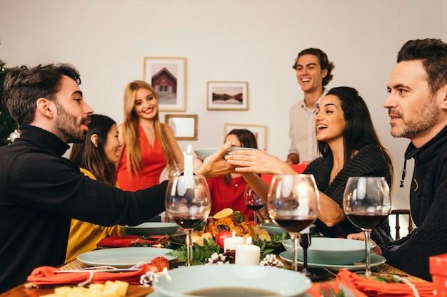 Gruppo di sei persone alla cena di natale