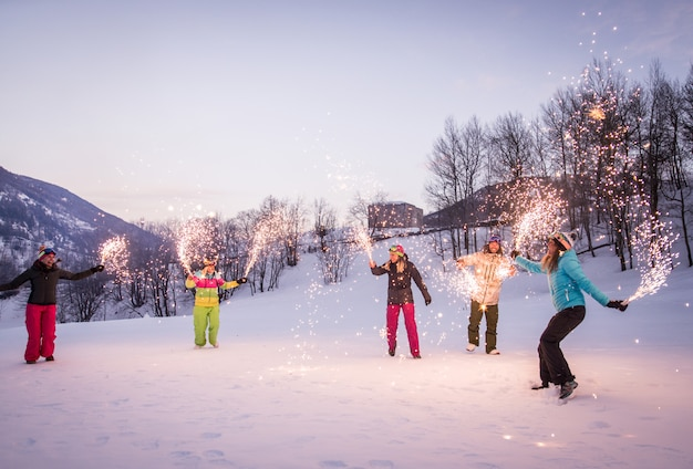 Gruppo di snowboarder in vacanza invernale