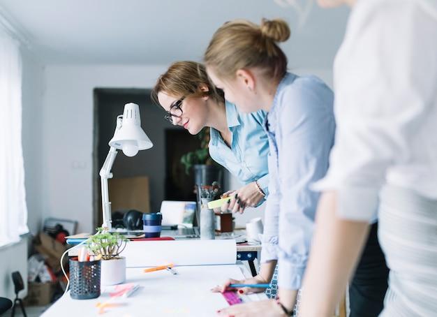 Gruppo di soci in affari che progettano progetto nell'ufficio