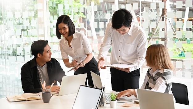 Gruppo di startup che fanno il brainstorming dell'idea.