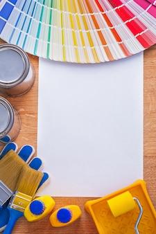 Gruppo di strumenti della pittura e guida della tavolozza di colori sul concetto della costruzione del foglio di carta