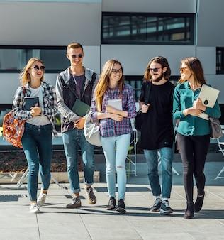 Gruppo di studenti a piedi