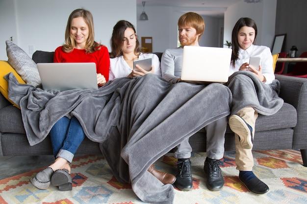 Gruppo di studenti che lavorano sul loro incarico a casa