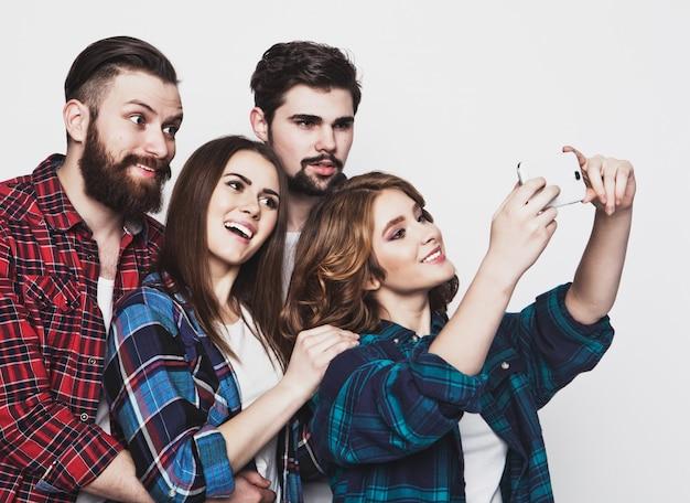 Gruppo di studenti che prendono selfie
