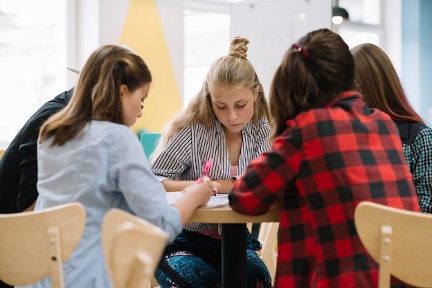 Gruppo di studenti che presentano al tavolo