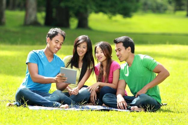 Gruppo di studenti che studiano nel parco