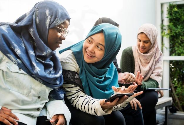 Gruppo di studenti che utilizzano il telefono cellulare