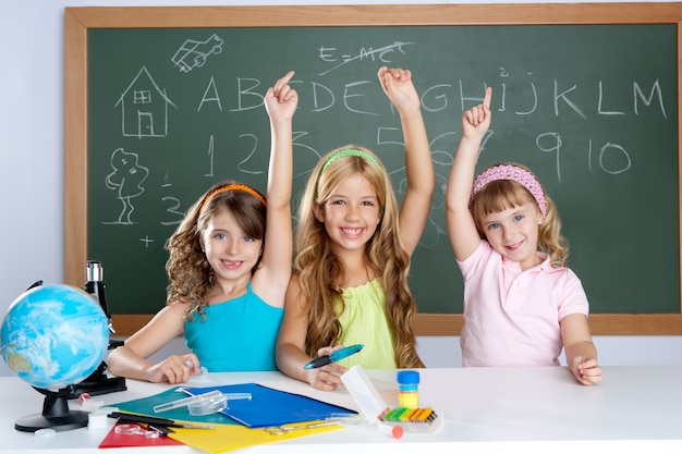 Gruppo di studenti di bambini intelligenti a scuola in classe