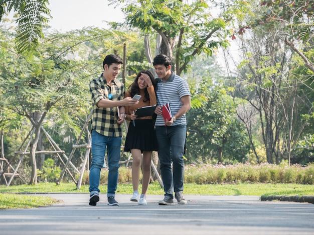 Gruppo di studenti universitari che camminano e parlano nel campus