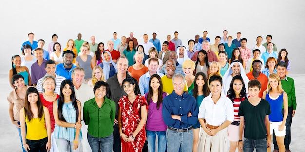 Gruppo di studio di persone diverse