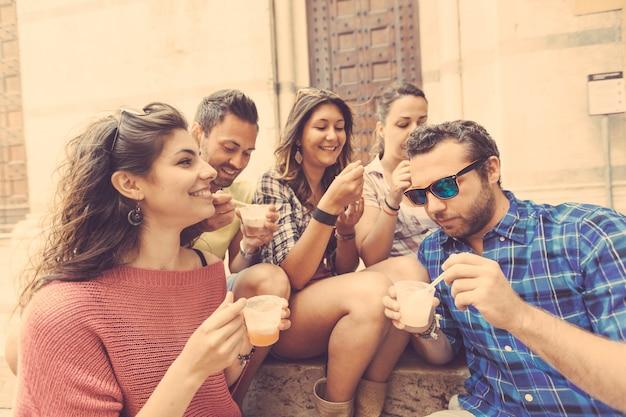 Gruppo di turisti che mangiano fanghiglia in italia