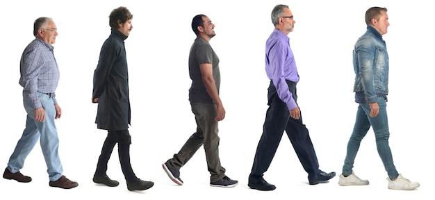 Gruppo di uomini che camminano sul bianco