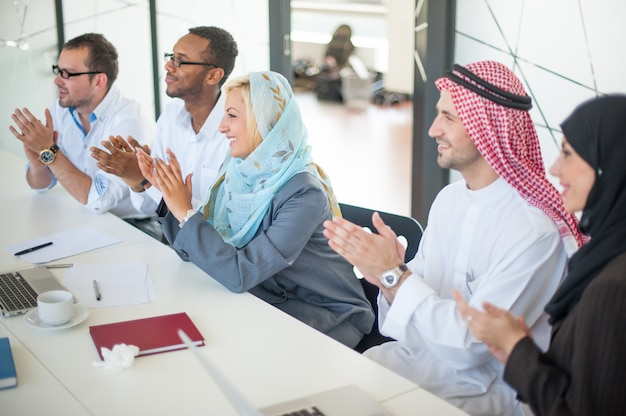 Gruppo di uomini d'affari, discutendo alla riunione