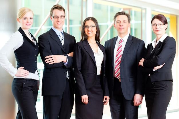 Gruppo di uomini d'affari in carica