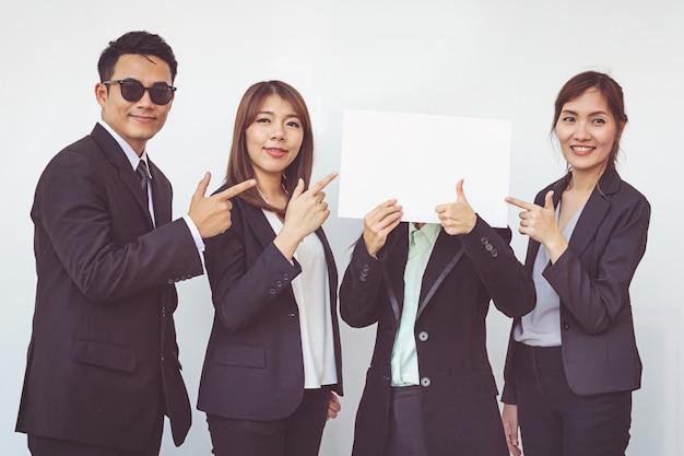 Gruppo di uomini d'affari in posa con la scheda bianca