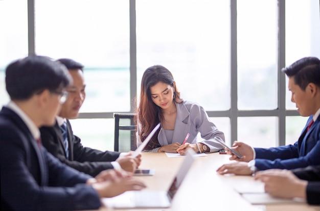 Gruppo di uomini d'affari in seminario o riunione