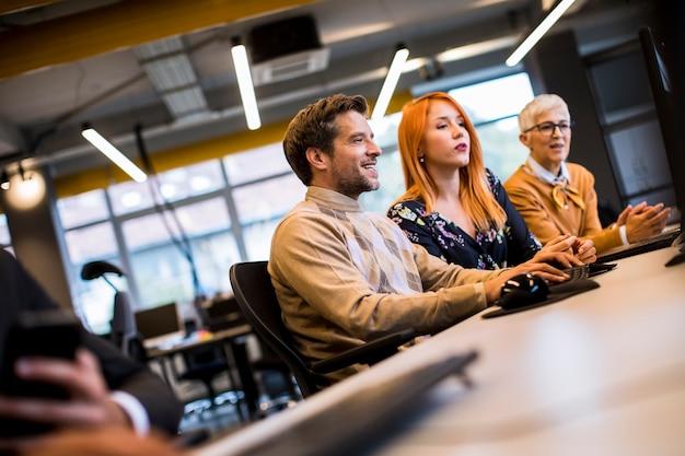 Gruppo di uomini d'affari in ufficio moderno