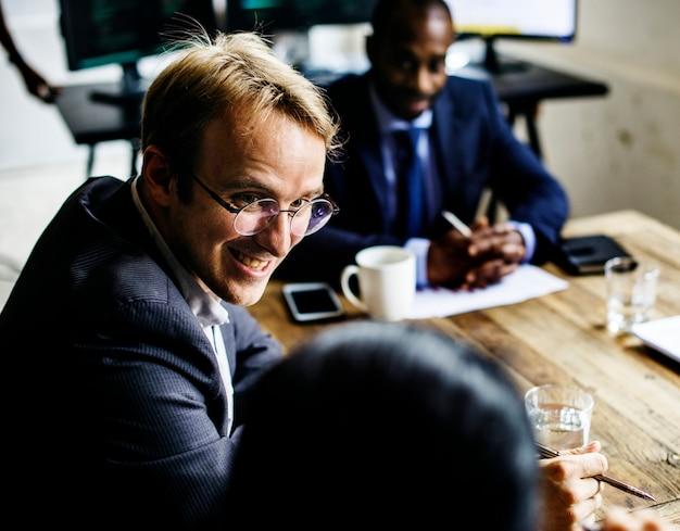 Gruppo di uomini d'affari nella sala riunioni