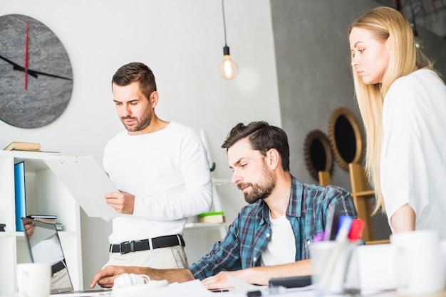 Gruppo di uomini d'affari professionali che lavorano sul posto di lavoro