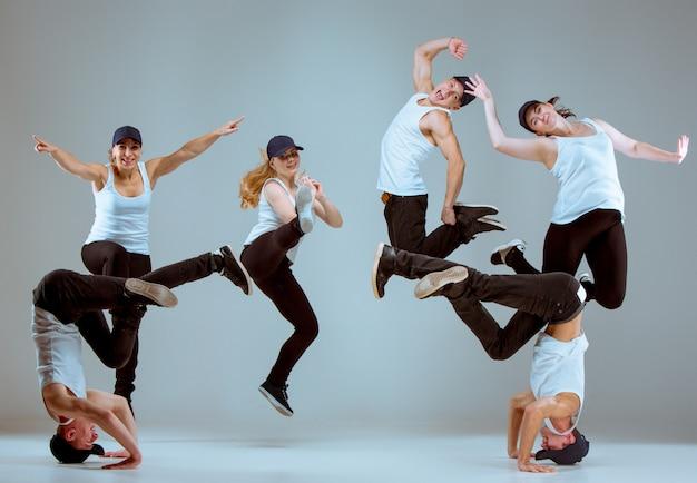 Gruppo di uomini e donne che ballano coreografia hip-hop