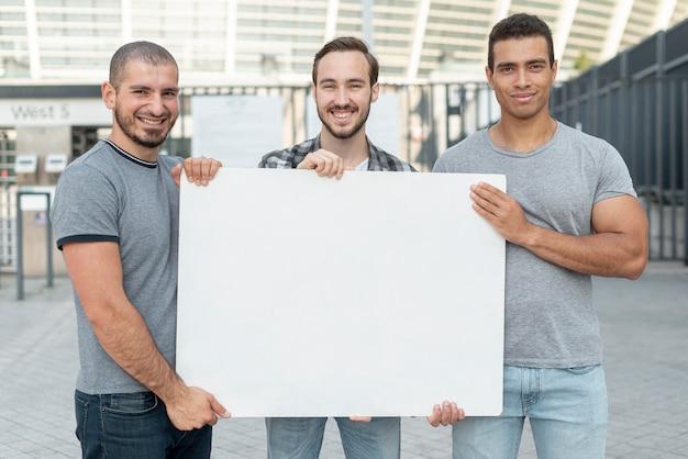 Gruppo di uomini in piedi insieme