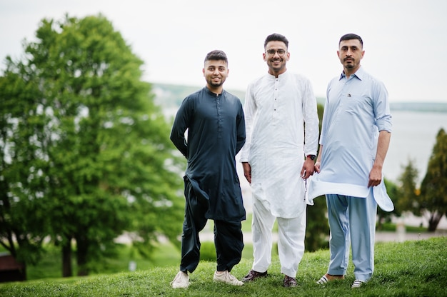Gruppo di uomini pakistani che indossano abiti tradizionali salwar kameez o kurta.