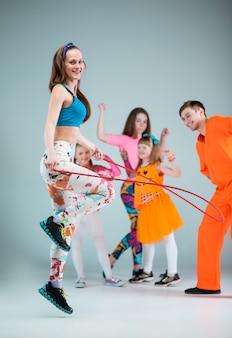 Gruppo di uomo, donna e ragazzi che ballano coreografia hip-hop