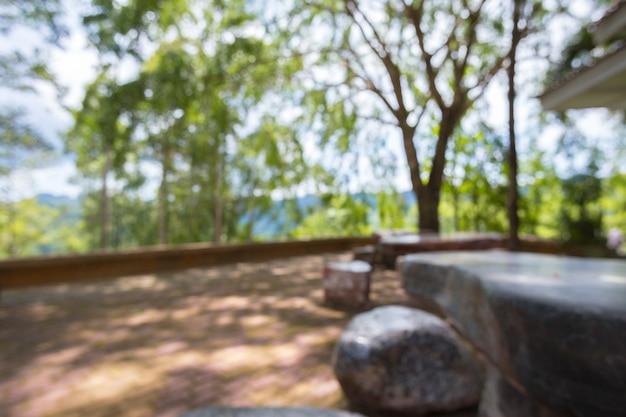 Gruppo di uso tipico della tavola e del banco concreto nell'area all'aperto pubblica in tailandia