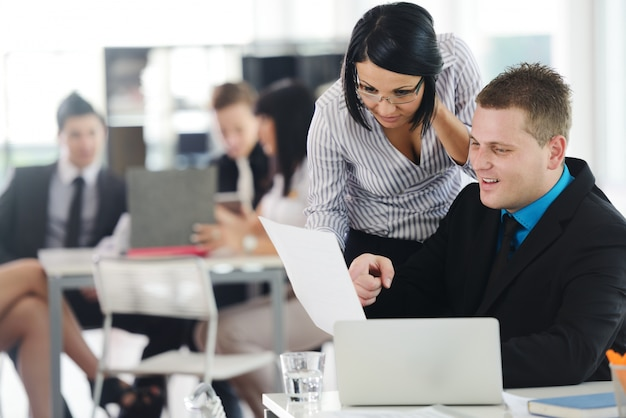 Gruppo di vendite che ha presentazione aziendale in ufficio