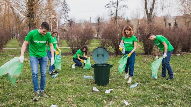 Gruppo di volontari che raccolgono rifiuti