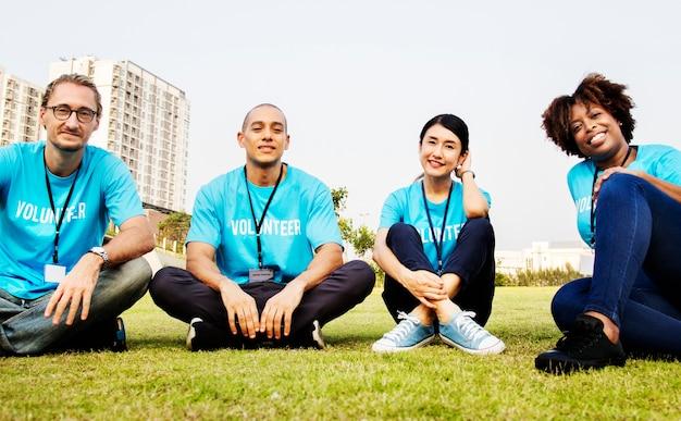Gruppo di volontari felici e diversi