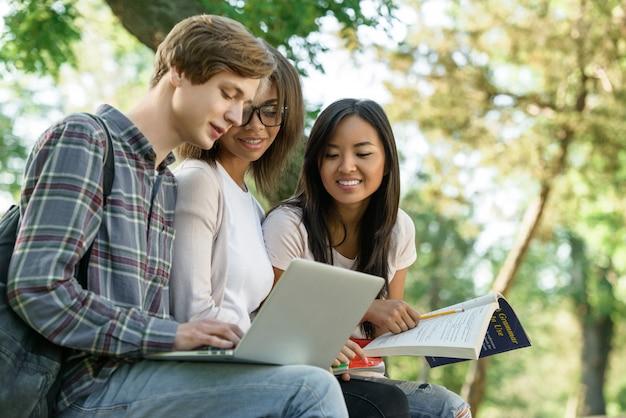 Gruppo multietnico di giovani studenti concentrati