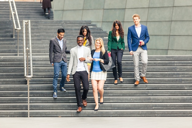 Gruppo multirazziale di affari che cammina a londra