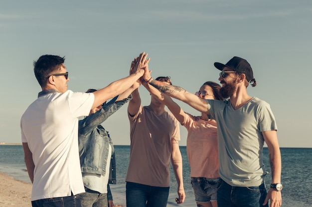 Gruppo multirazziale di amici con le mani sulla pila