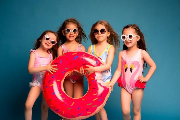 Gruppo ragazze bambini in costume da bagno e occhiali da sole