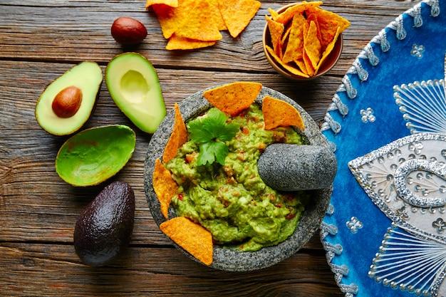 Guacamole con nachos in molcajete messicano