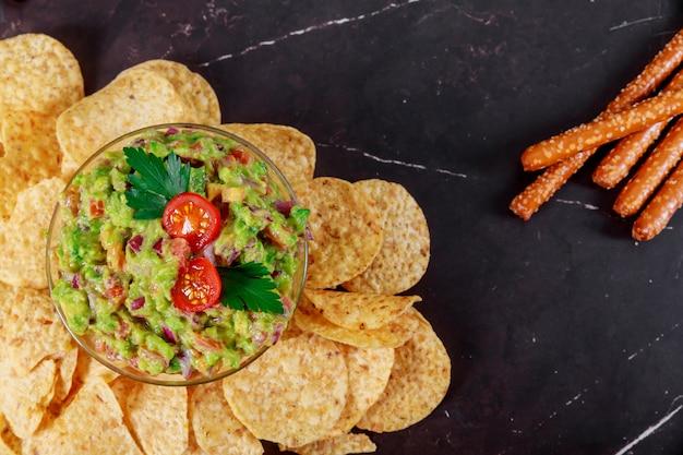 Guacamole, doritos e tortilla chips ai nachos messicani