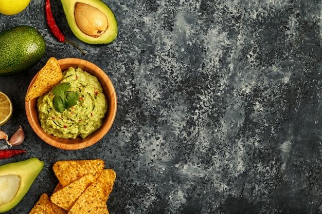 Guacamole fatto in casa con nachos.