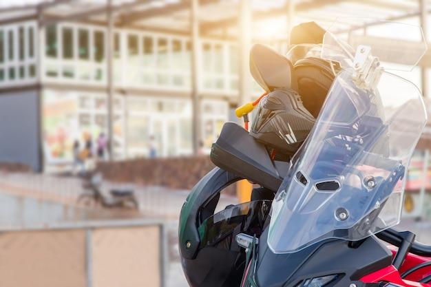 Guanti da moto e casco di sicurezza appesi su un sedile anteriore della moto sportiva per motivi di sicurezza