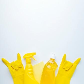 Guanti di gomma gialli copiano lo spazio