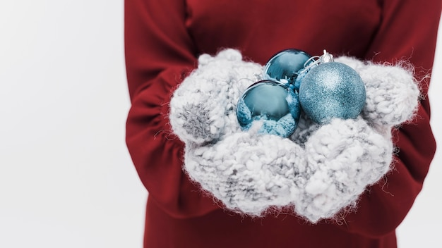 Guanti di inverno del primo piano e palle di natale